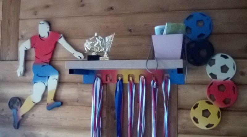 Вешалка для медалей с подставкой под кубки