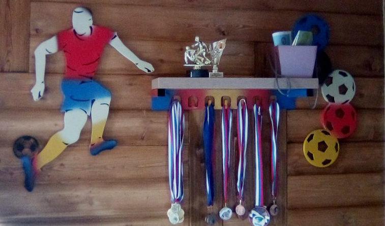 Вешалка для медалей с подставкой под кубки Футболист
